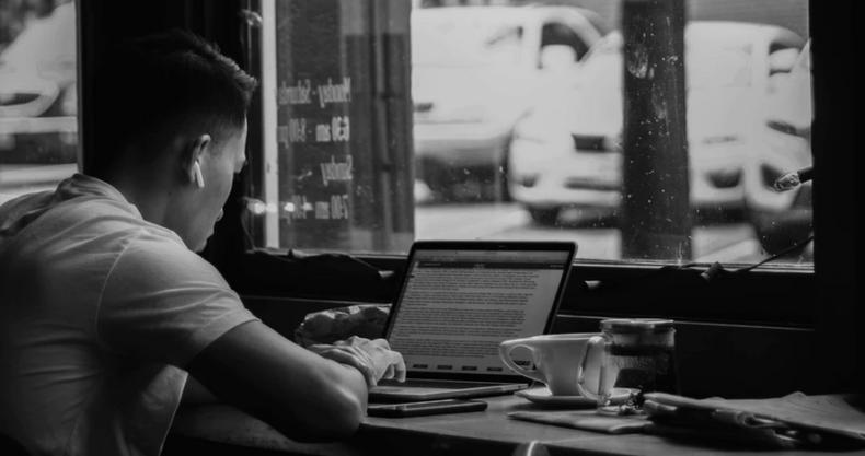 カフェでパソコンを使用する男性