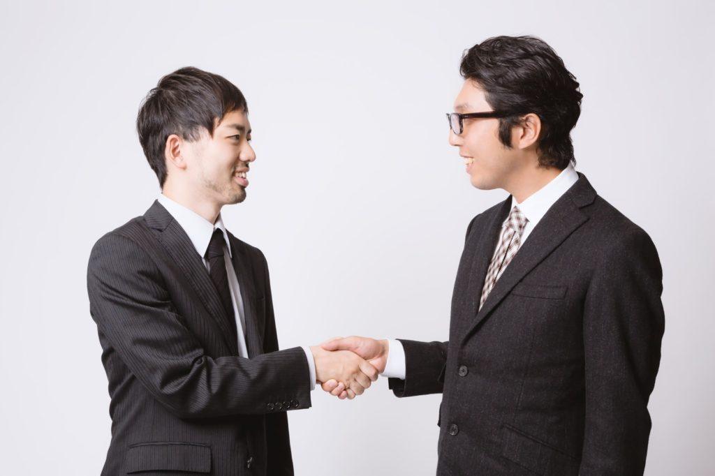 手を繋ぐビジネスマン