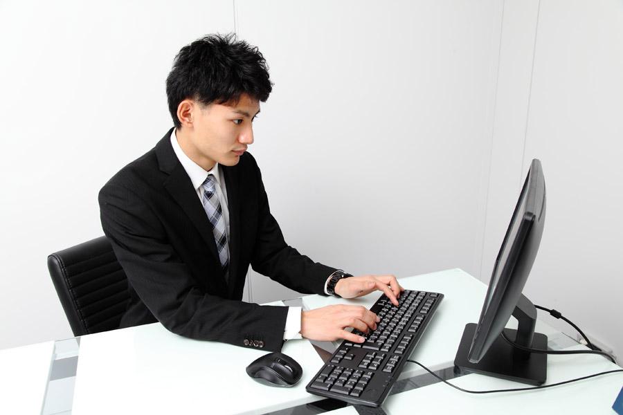 出品データをパソコンで確認すr男性