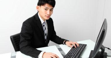 パソコンで仕事をしている男性