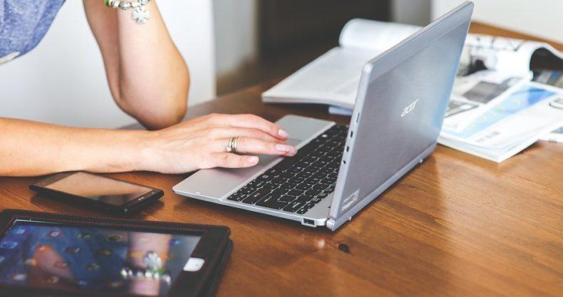 パソコンで中国から商品を仕入れる女性