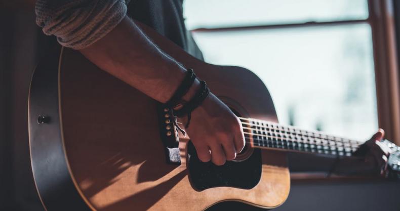 ギターをひく男性