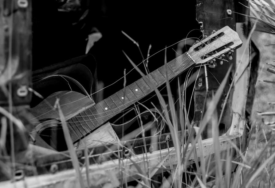 弦が外れているギター