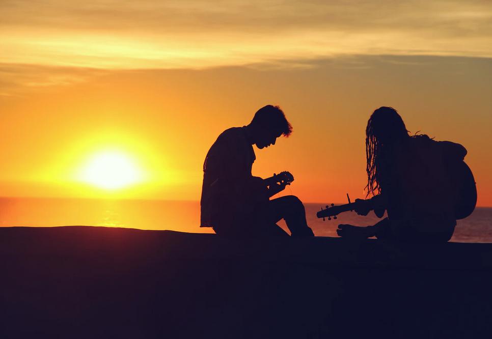 ギターを楽しむカップル